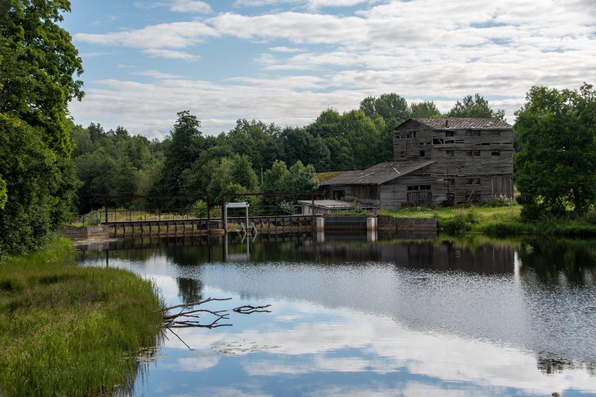 Oude gebouwen in Estland zijn vaak gemaakt van hout en zien er niet altijd meer tiptop uit.