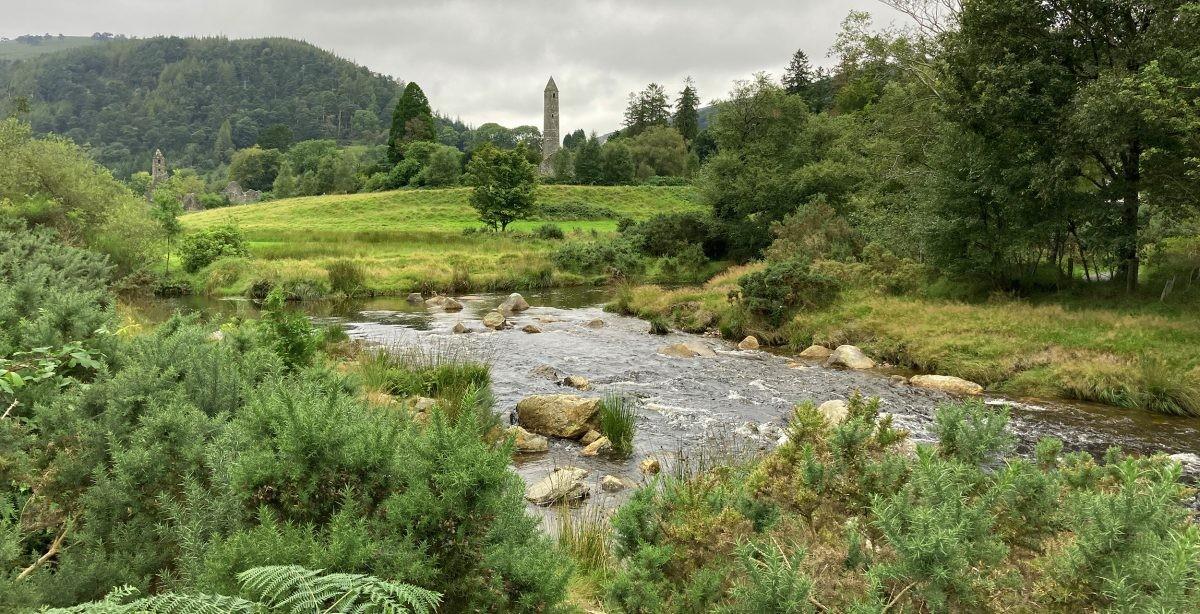 De klooster ruines bij GLendalough in de Wicklow Mountains