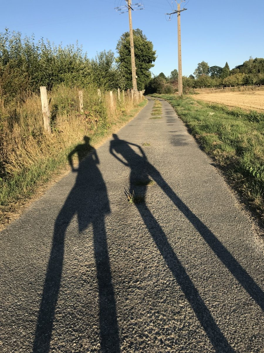 Ook in Noord-Frankrijk is het goed heet. Dan maar later op de avond wandelen.