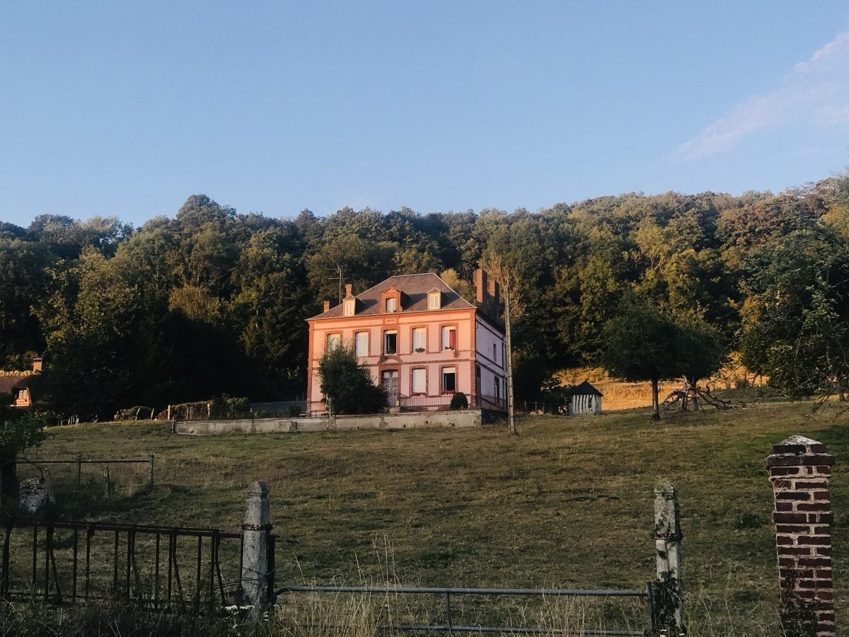 Frans landhuis tijdens zonsondergang