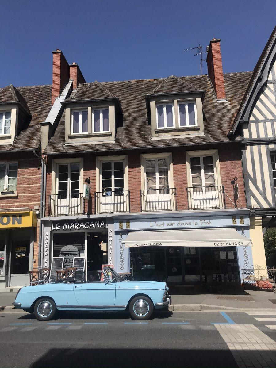 Het brede zandstrand van Deauville met hoogzomer