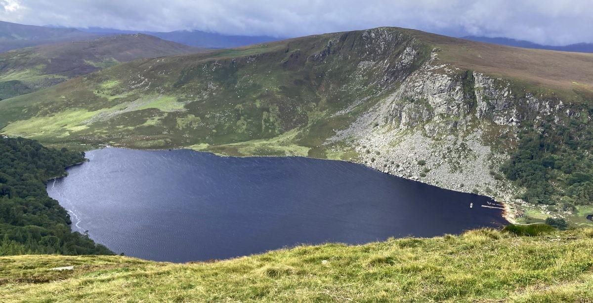 Lough Tay in de Wicklow Mountains heeft als bijnaam Lake Guinness