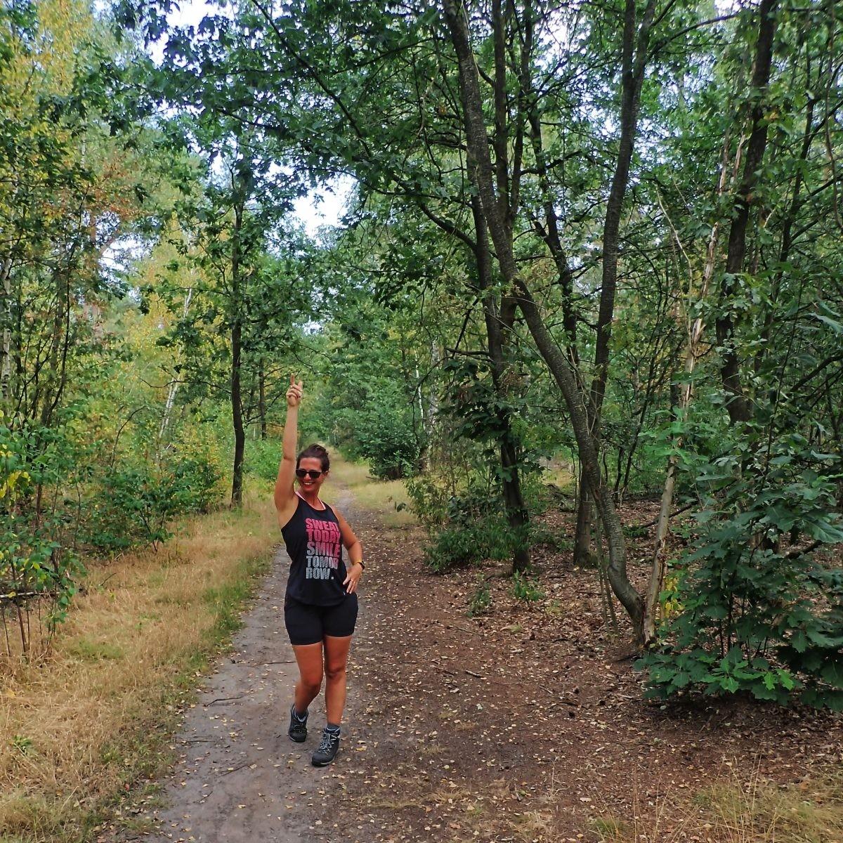 Laura in het bos tijdens het klompenpad