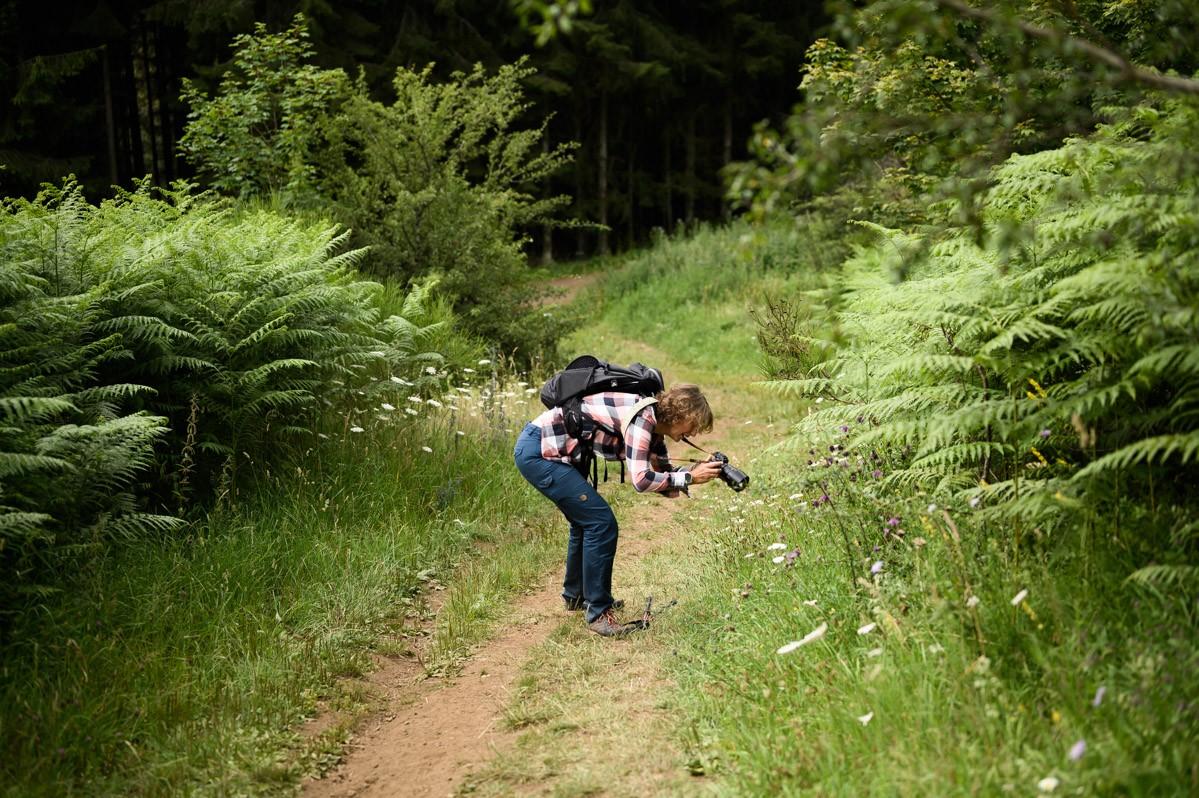 Fotograaf Marloes in actie in het bos