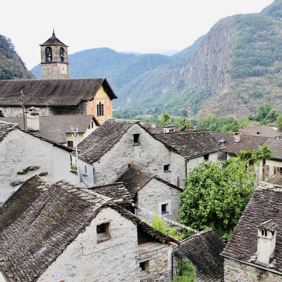 Zicht vanuit mijn dakraampje op het eeuwenoude dorpje. En de wat luidruchtige kerk.