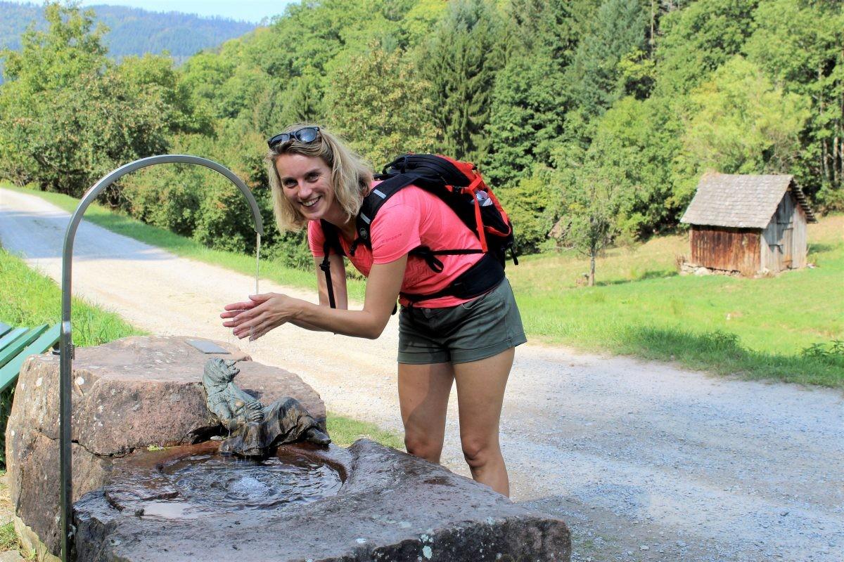 De heks op de rots houdt de wacht over de bron