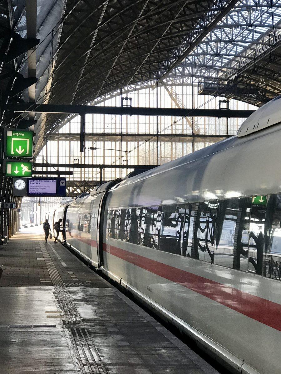Sit back in relax! Tussen Amsterdam en Basel is je vakantie al begonnen.