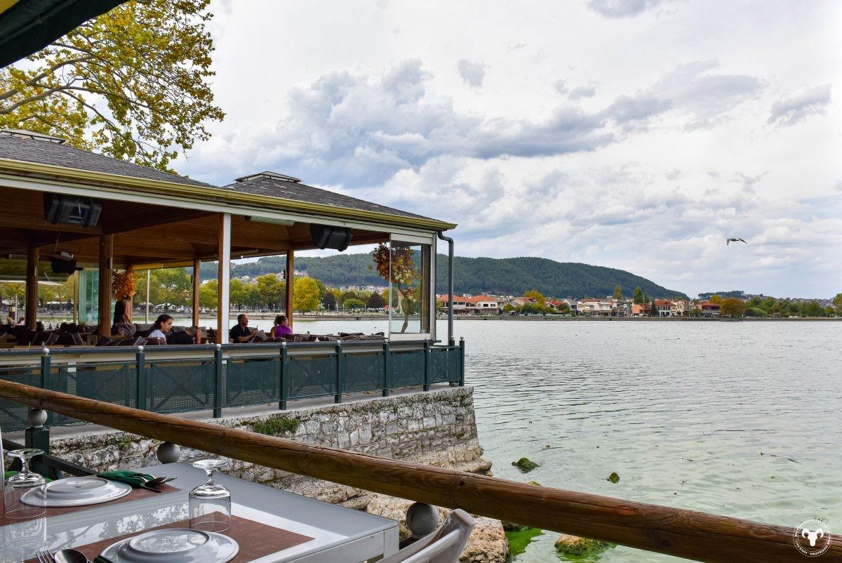 Uitzicht over het meer van Ioannina. Foto: Edwin Hagenouw