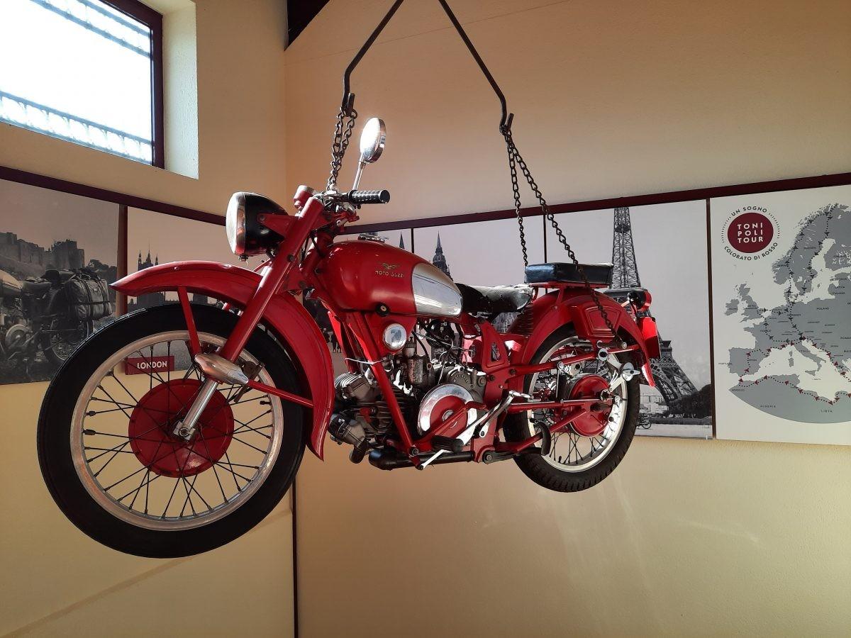 De Moto Guzzi van Toni Poli in de Kathedraal van de Grappa