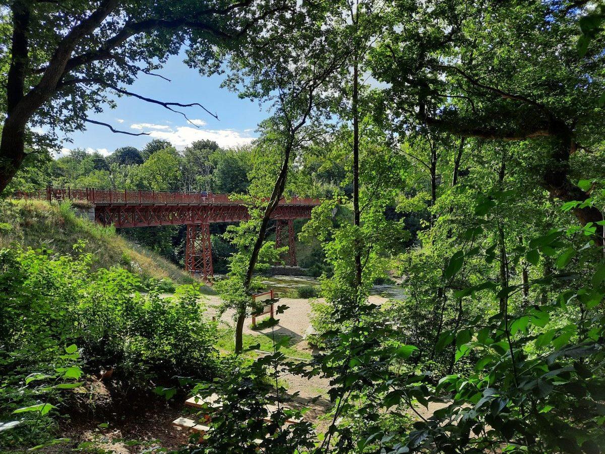 De Uncovered Bridge ligt prachtig in het landschap .