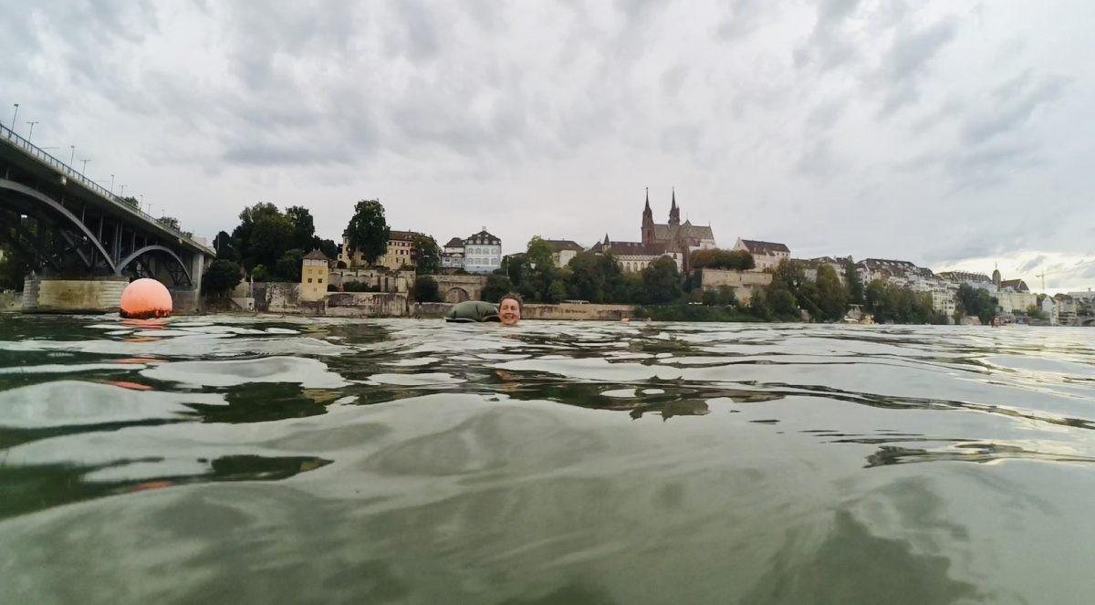 Drijven in de Rijn met de stad op de achtergrond. Weer eens wat anders dan een traditionele stadswandeling.