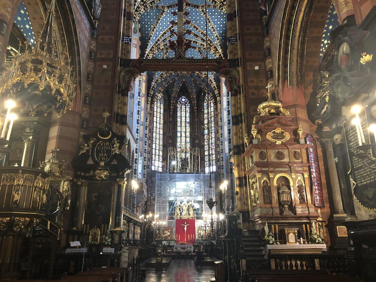 Het interieur van de Mariakerk te Krakau