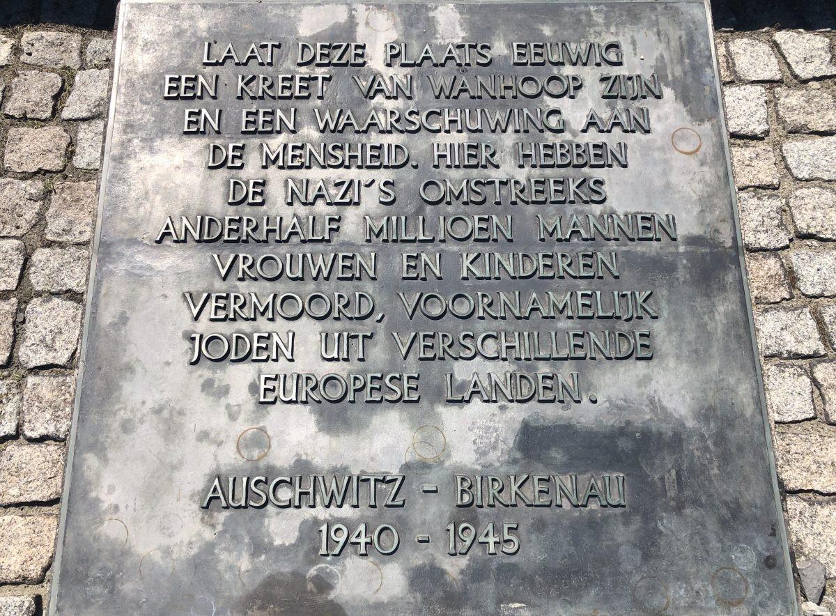 Nederlandse tekst op het monument