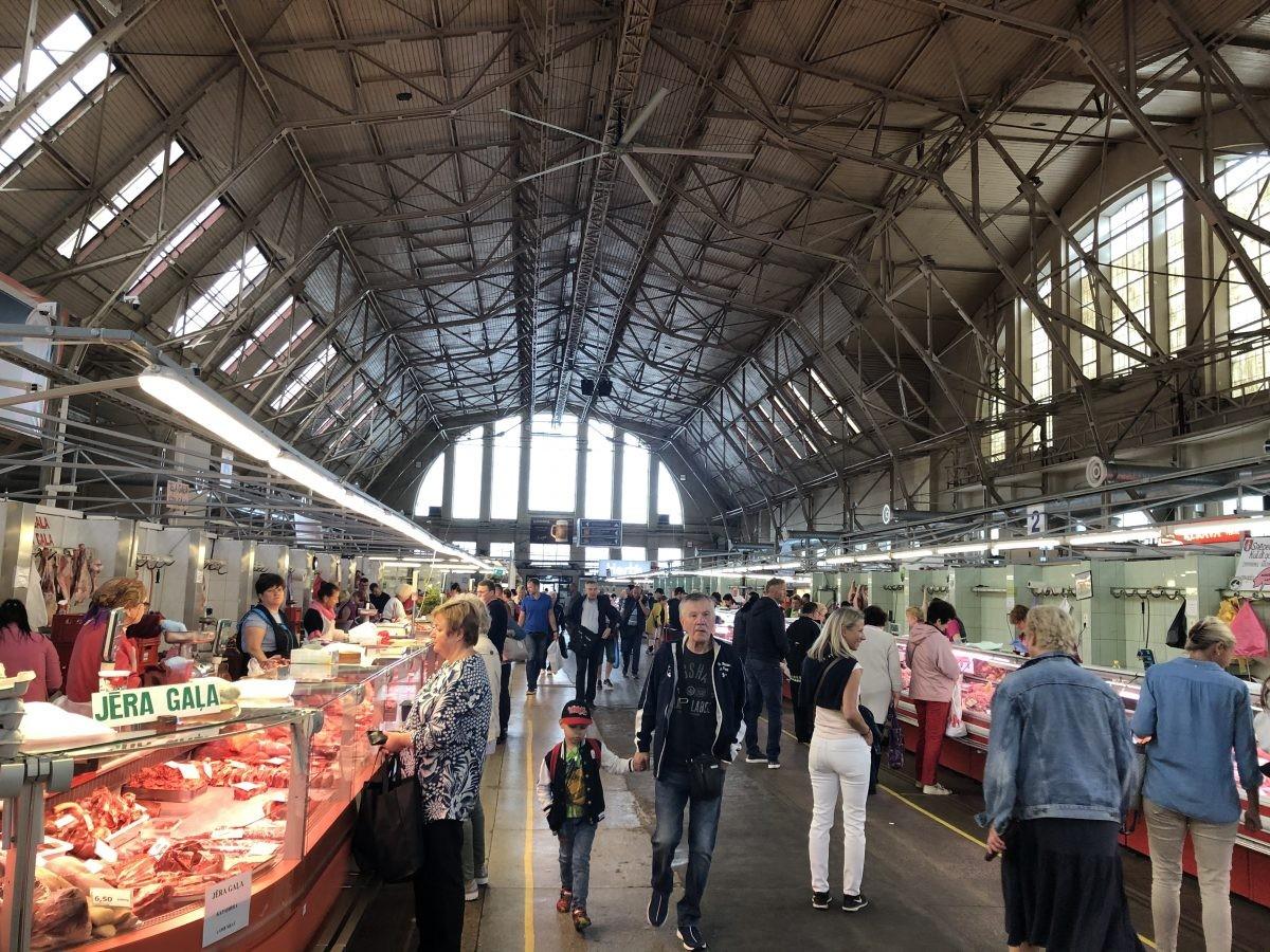 Markt in de voormalige zeppelin fabriekshallen