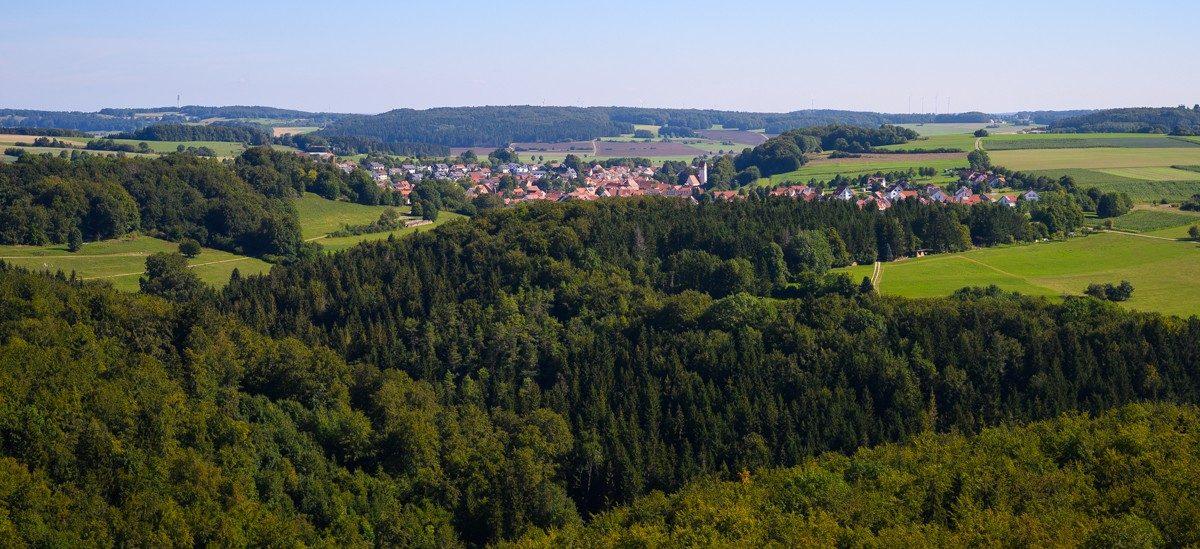 Zicht vanaf de toren op omliggend militair terrein en biosfeergebied Schwäbische Alb. Foto: Manja Herrebrugh