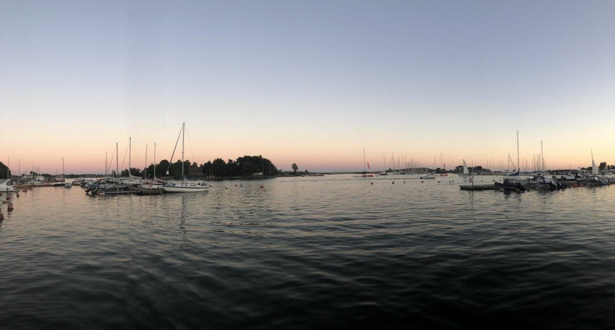 Een deel van de haven bij zonsondergang