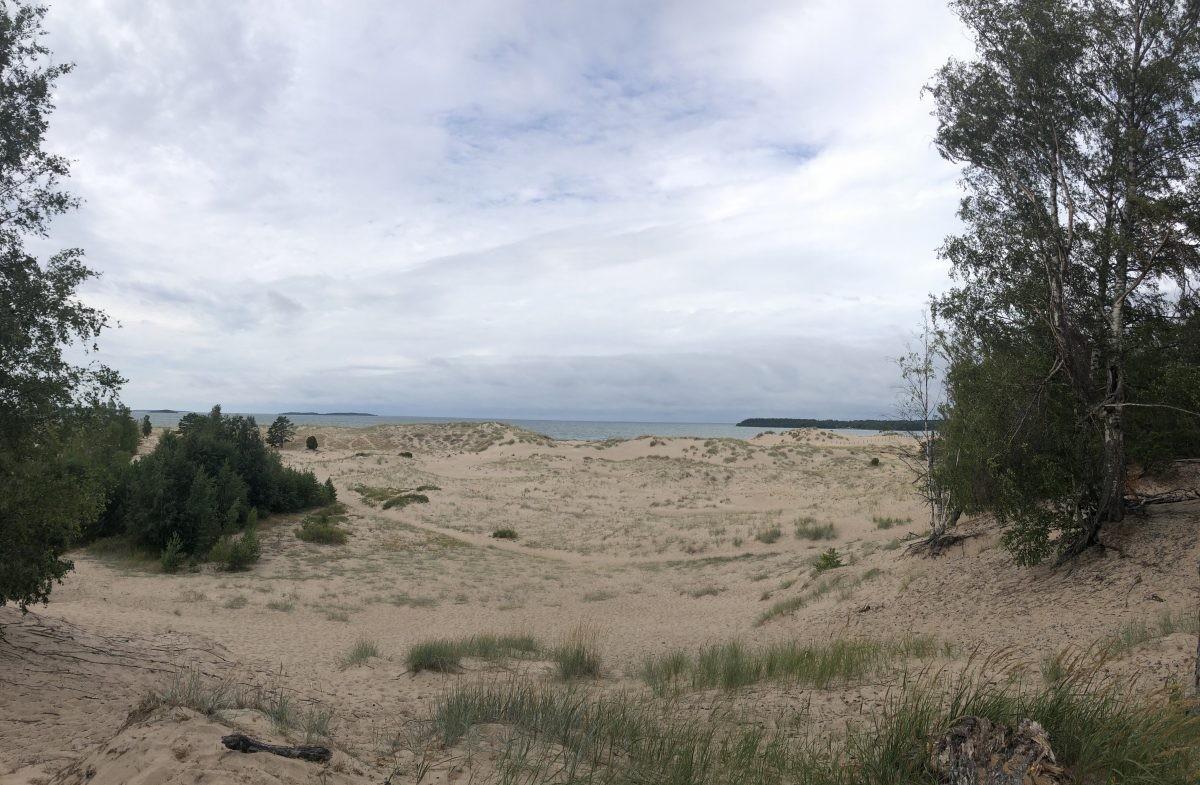 Uitzicht over duingebied richting zee