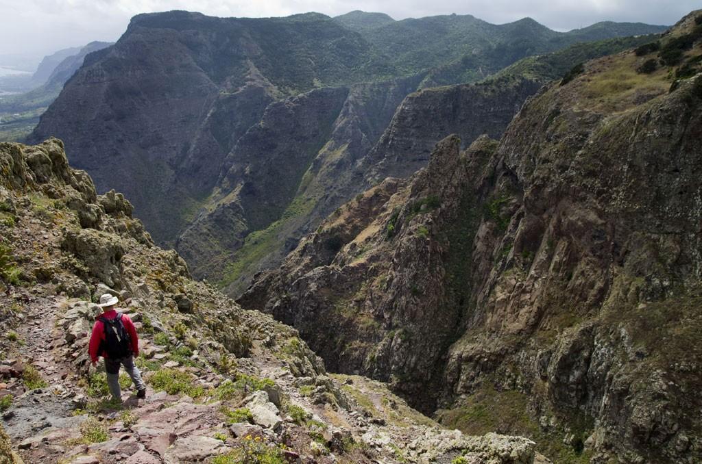 Hoge bergen, diepe kloven en in de verte de zee. Copyright Turismo de Tenerife