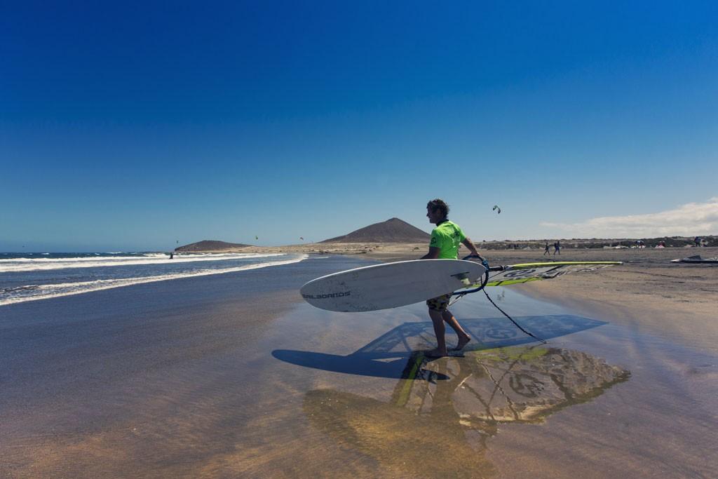 Ga windsurfen met de typische Montaña Roja op de achtergrond. Copyright Turismo de Tenerife