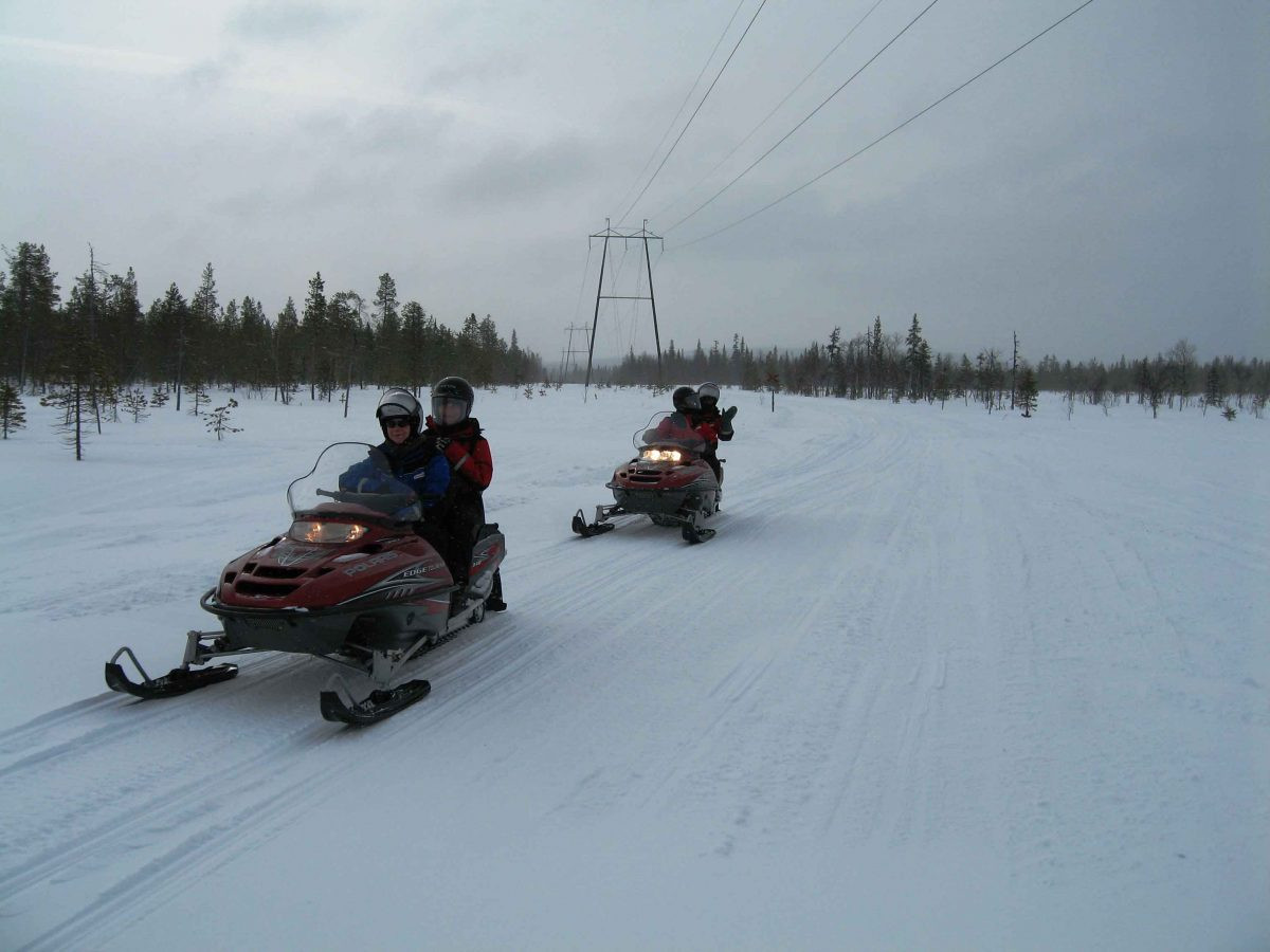 sneeuwscooter tocht over de Finse toendra