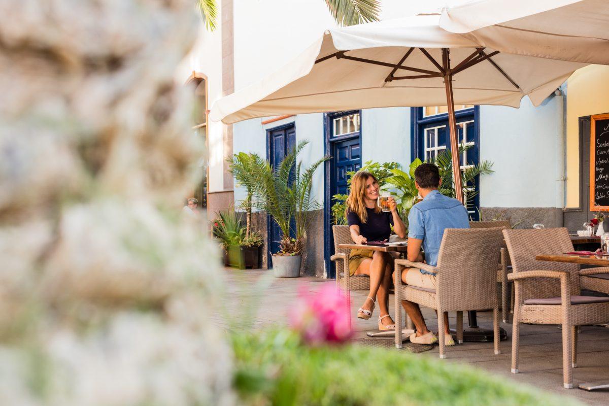 Geniet van een hapje en een drankje op een terras. Copyright Turismo de Tenerife