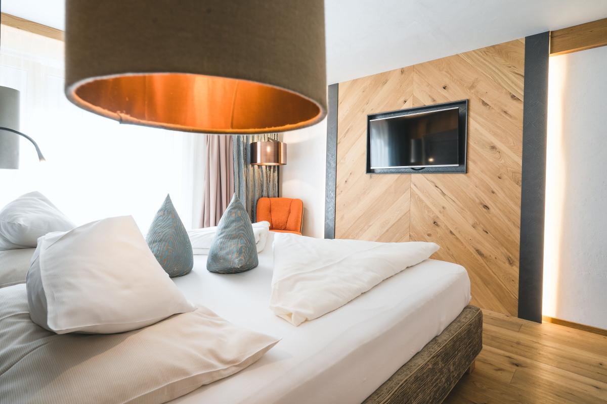 gemuetliches_und_modernes_doppelzimmer_c_sebastian_weingart_alpinhotel_berghaus