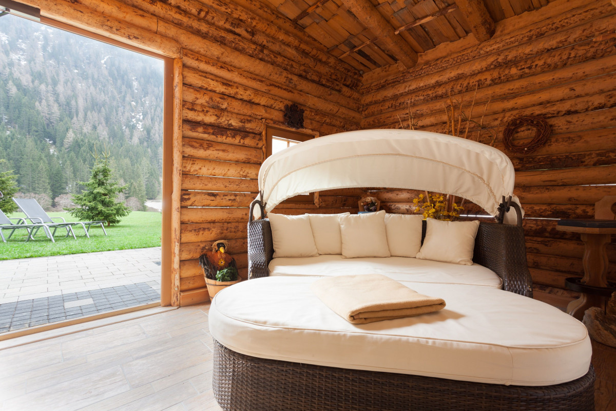 relaxen_auf_einer_doppelliege_im_wellnessbereich_alpinhotel_berghaus