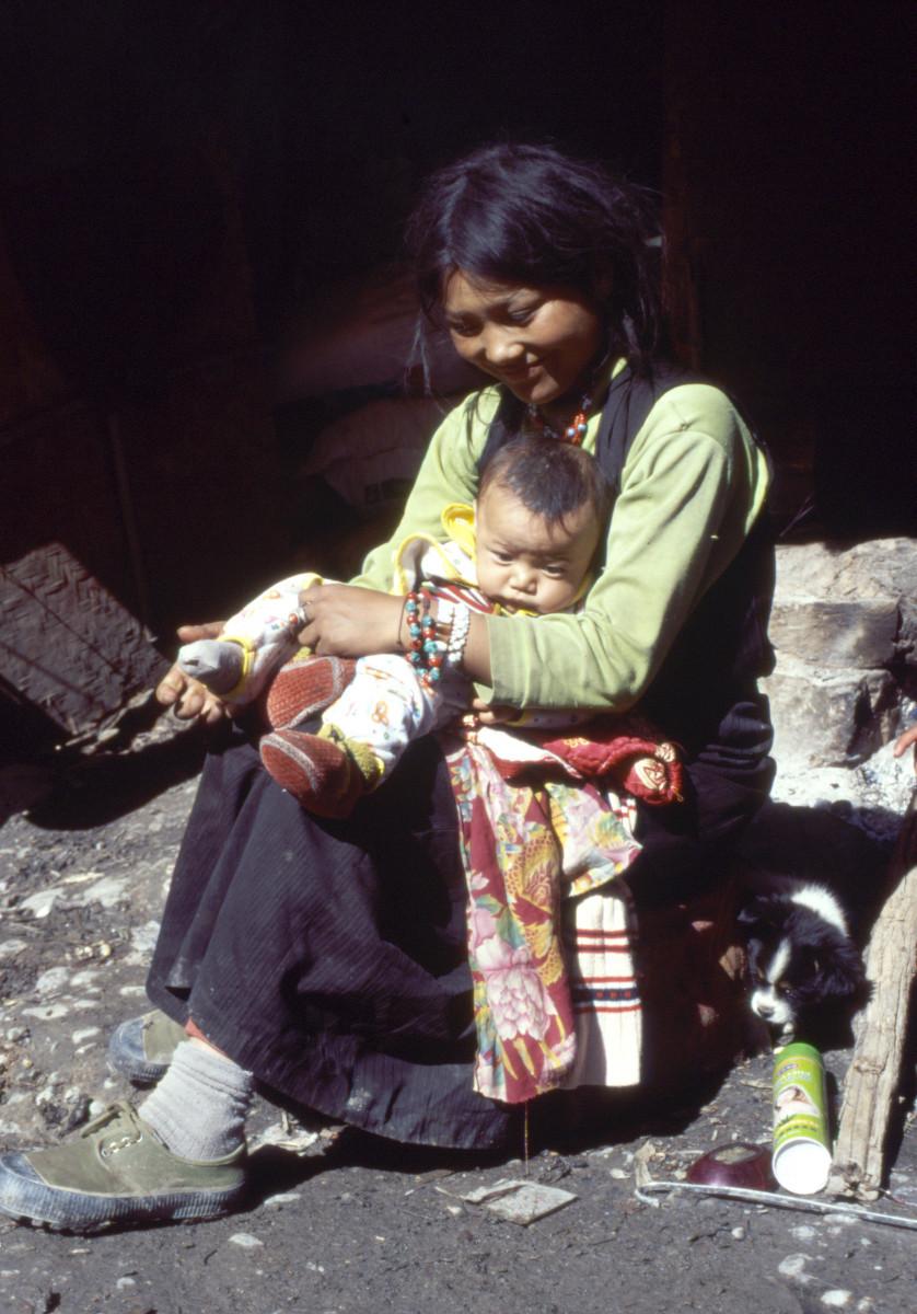 Moeder en baby bij de aardverschuiving. Foto: Myra de Rooy