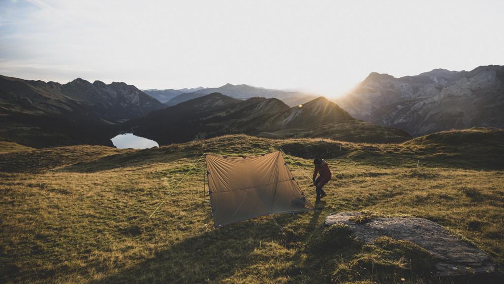 Zet je tentje op en zie de zon achter de bergen verdwijnen. Copyright: Zwitserland Toerisme