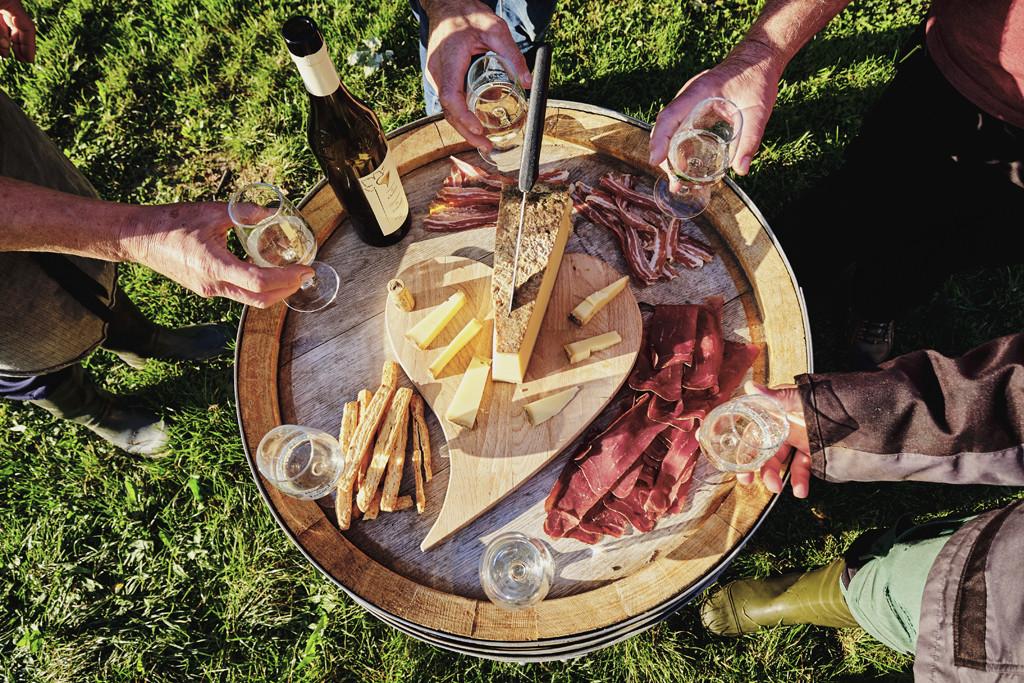 Na een pittige wandeling sluit je af met een kaasplankje en lokale wijn. Copyright: Zwitserland Toerisme