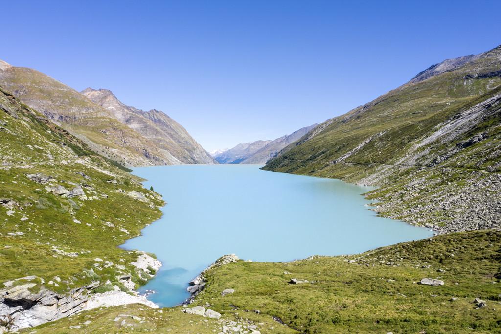 Wat een prachtige rit naar het felblauwe Mattmarkstuwmeer. Copyright: Zwitserland Toerisme/Saastal Tourismus AG/levin.studio