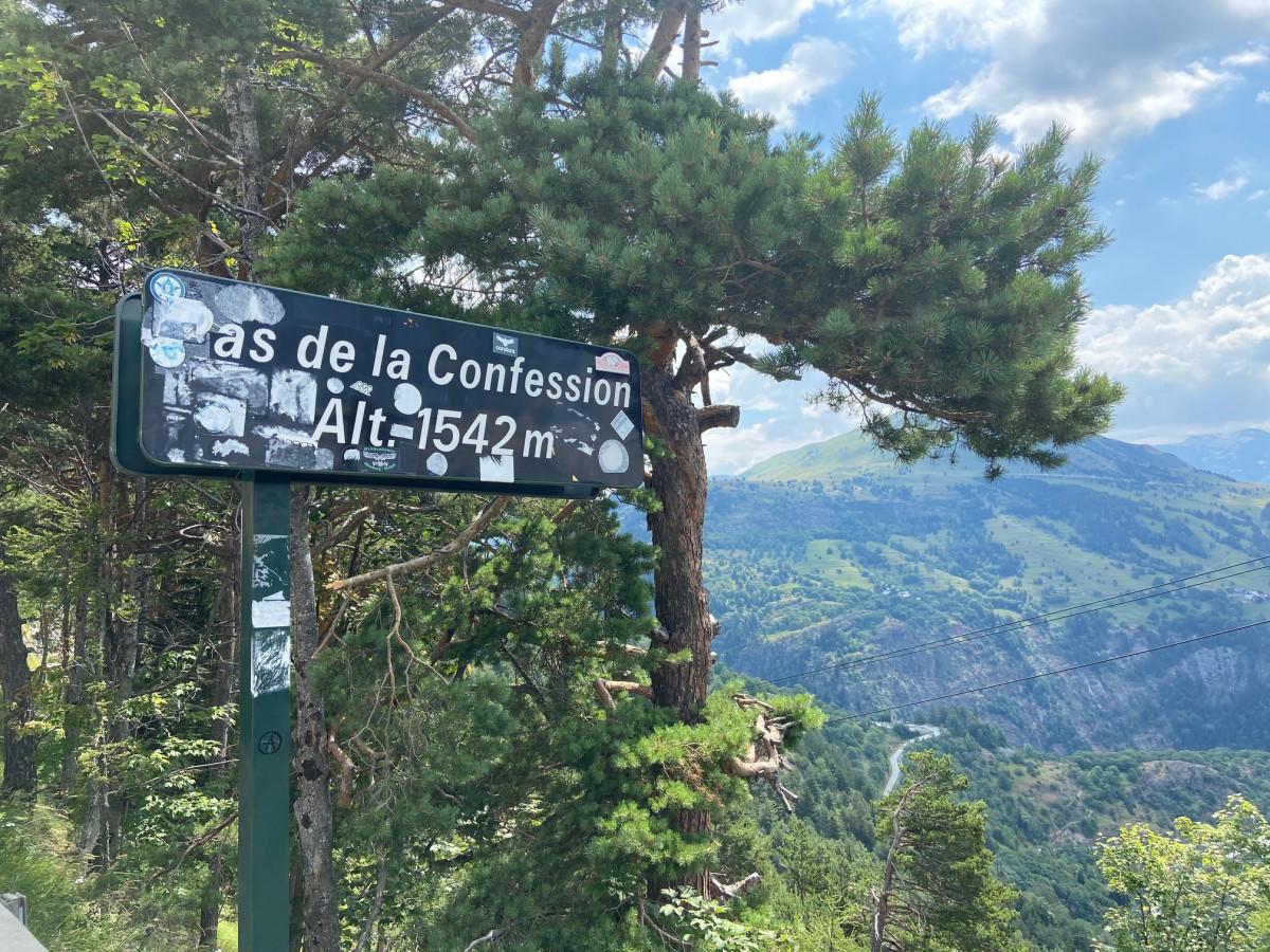 Vanaf deze pas heb je geweldig uitzicht op de bochten van de Alpe D'Huez