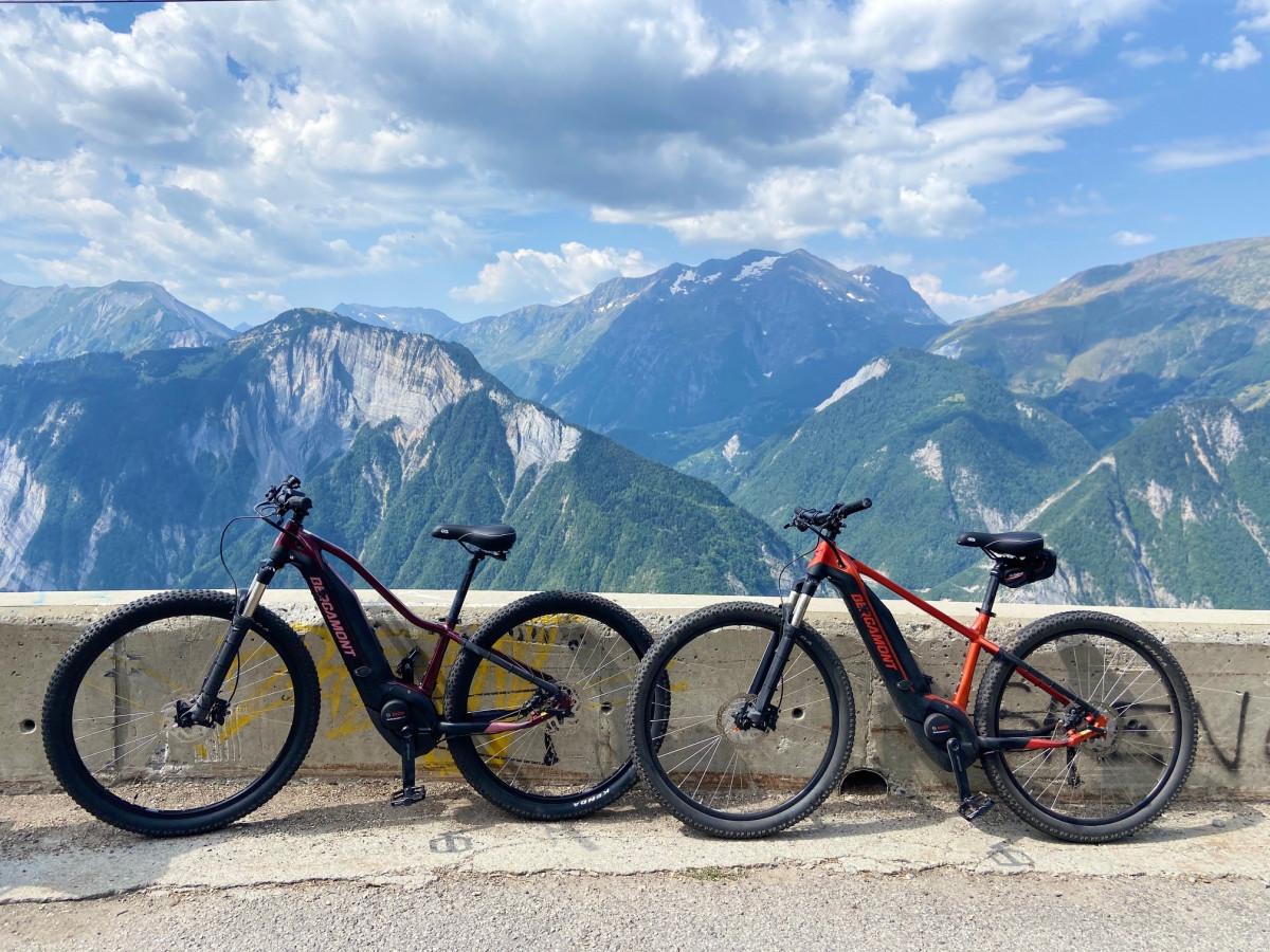 Zelfs met deze fietsen nog een pittige klim. Foto: Maaike Somers